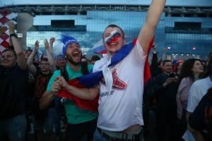 Los aficionados locales celebraron el tanto de su escuadra nacional