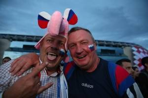 Dos amigos rusos en la previa del partido de cuartos de final