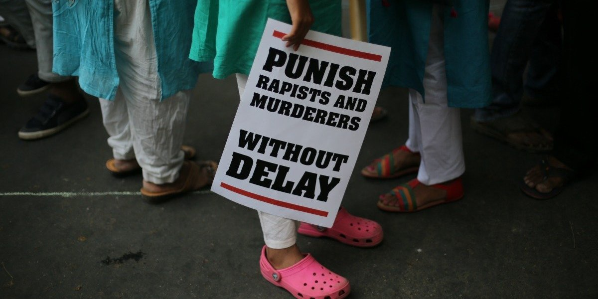 A pesar de las duras leyes, los abusos no paran: detienen al director, dos profesores y tres alumnos por violar repetidamente a una estudiante en India