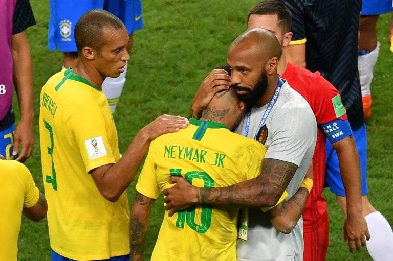 Henry consuela a Neymar tras la eliminación de Brasil