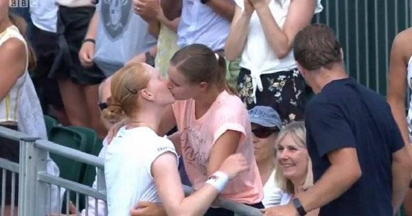 Alison festejó su triunfo dándole un beso a su novia