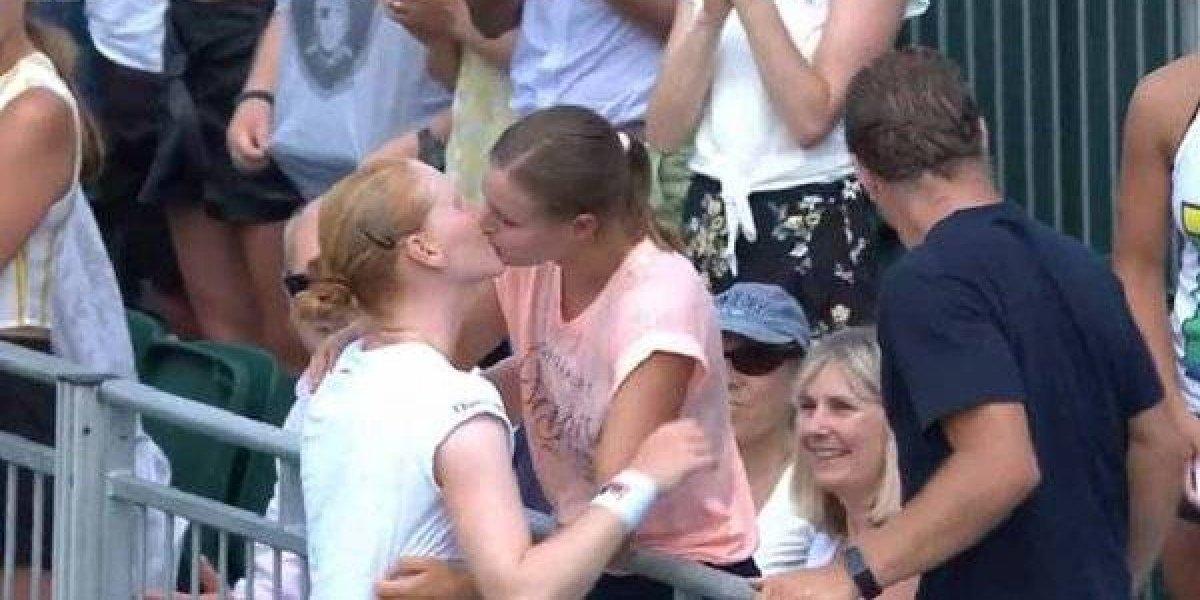 Tenista belga besa a su novia y asegura 'no tener ninguna efermedad'