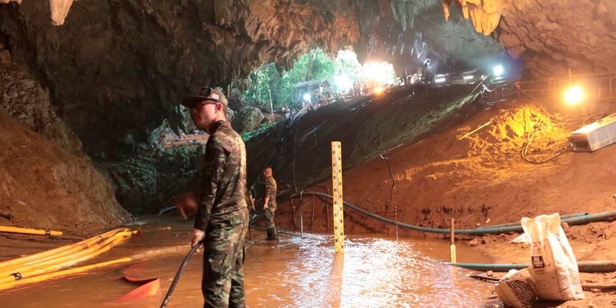 Rescatan a cuatro de los doce niños que estaban atrapados en una cueva en Tailandia y suspenden búsqueda por al menos 10 horas