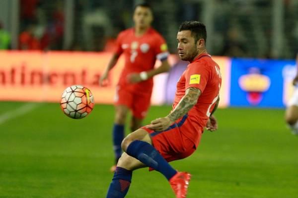 Eugenio Mena registra 53 partidos y 3 goles por la Roja adulta / Foto: Agencia UNO