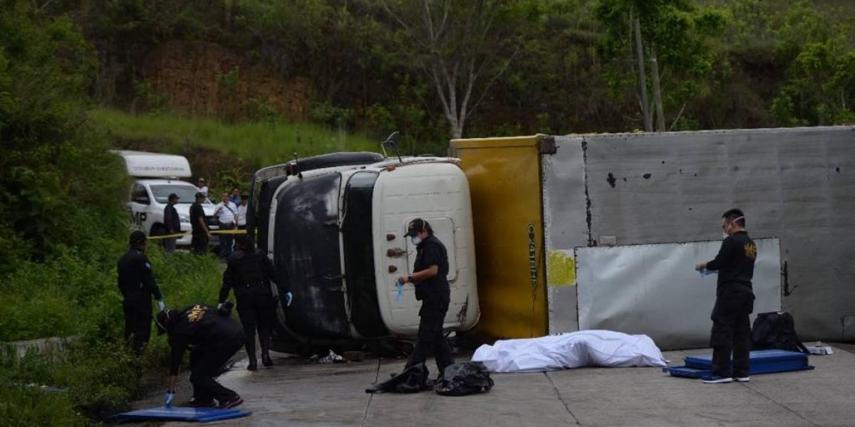 Camión recolector de basura vuelca y un trabajador pierde la vida