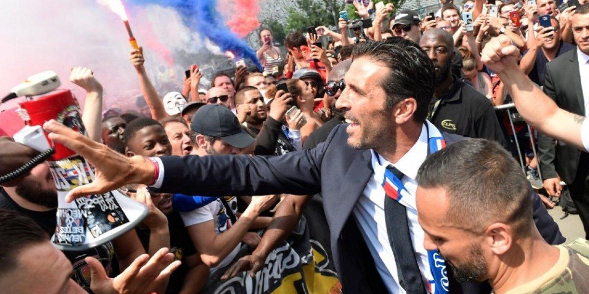 """El """"niño"""" Buffon agarró pirotecnia y celebró con los ultras del PSG en su presentación"""
