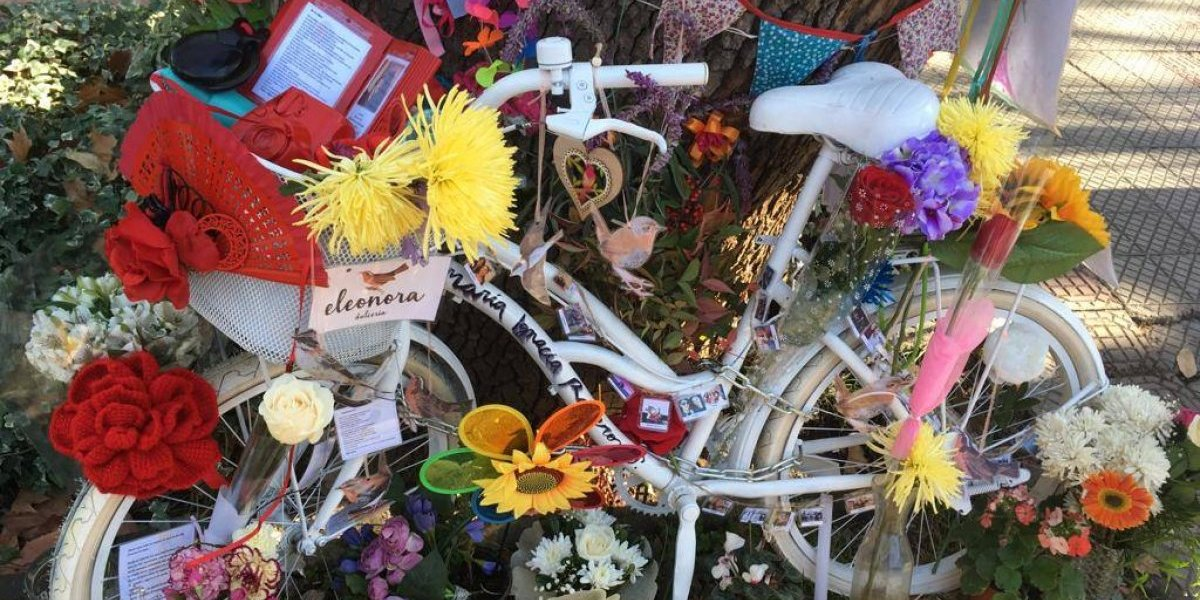 Homenaje: instalan bicicleta blanca en Providencia para recordar a joven ciclista