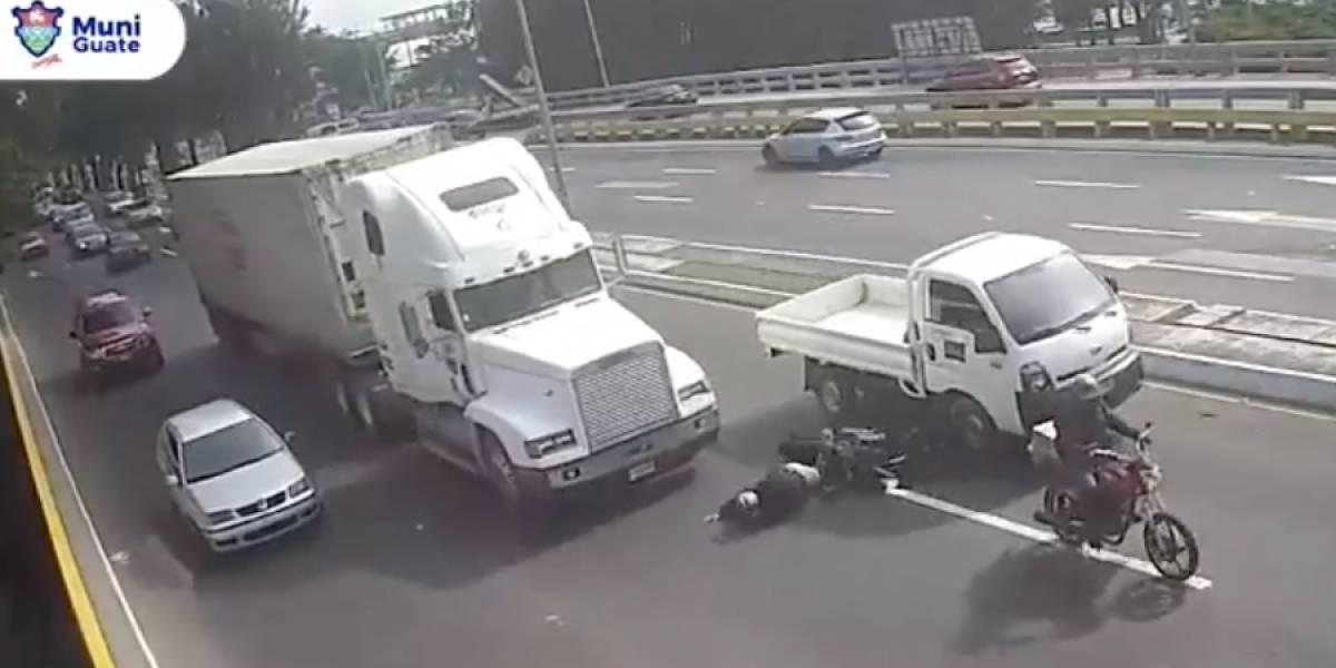 VIDEO. Tráiler le pasa encima a motorista y se salva milagrosamente