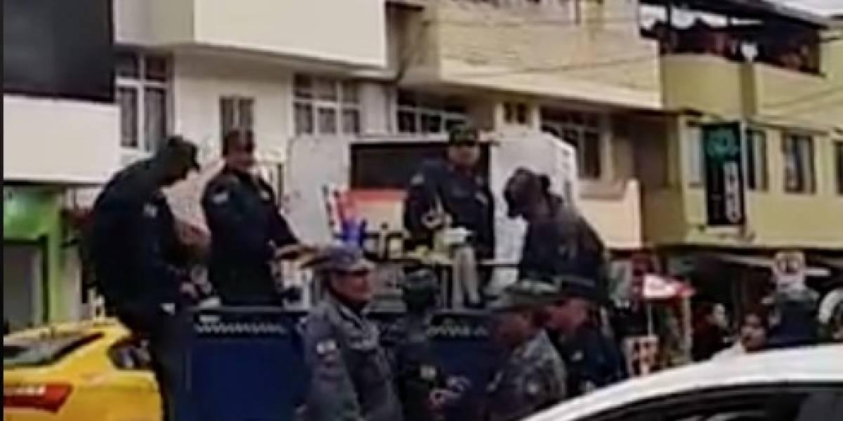 Loja: Policías municipales sonríen para foto tras llevarse un carro de vendedor ambulante