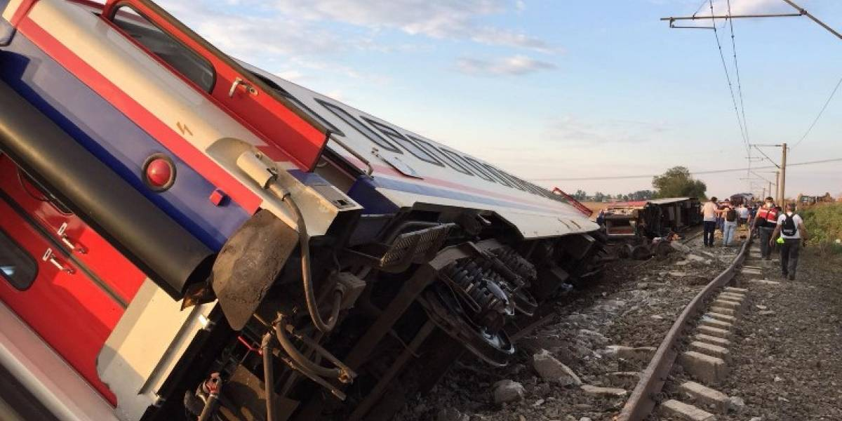 Asciende a 24 el número de víctimas por descarrilamiento de tren en Turquía