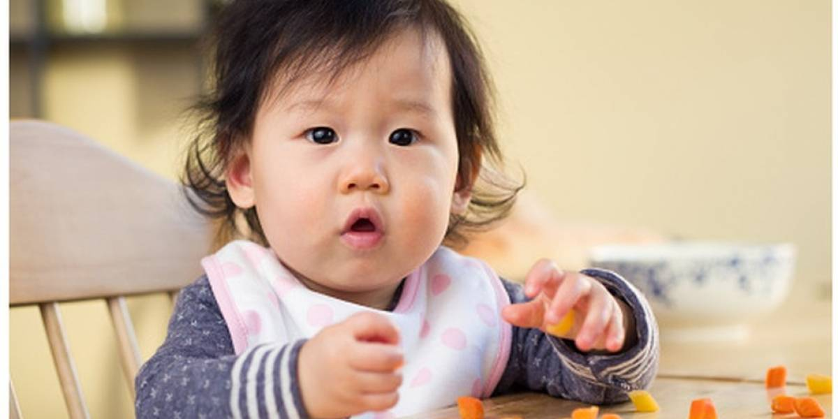 Bebês que comem alimentos sólidos mais cedo dormem melhor, revela estudo