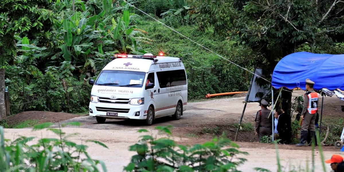 Todos os 12 meninos e o técnico são retirados de caverna na Tailândia