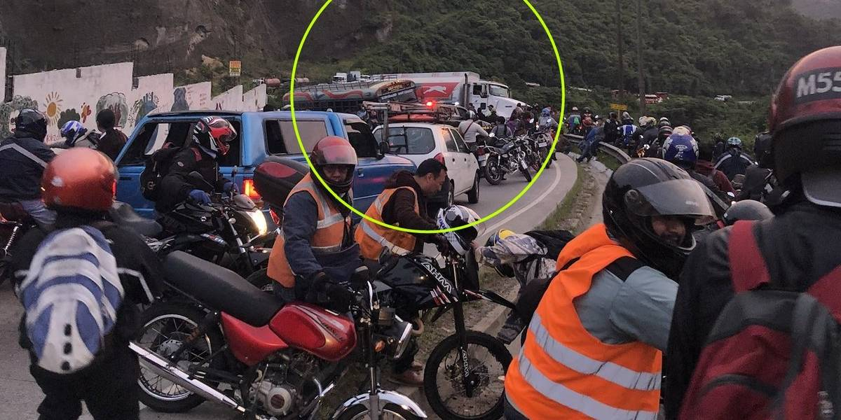 Paso bloqueado en ruta a Ciudad Quetzal por colisión de tráiler y autobús
