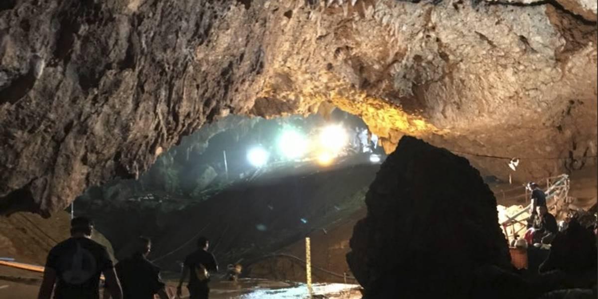 Rescatan a los 12 niños y su entrenador atrapados en una cueva de Tailandia