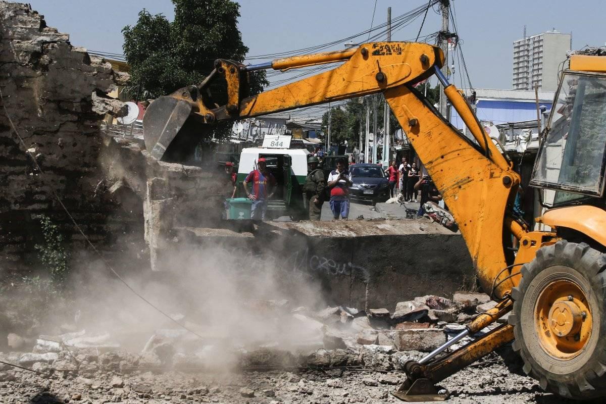 Derriban muro en La Legua