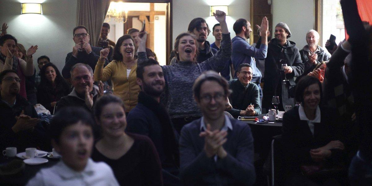 Ni la pasión latina los contagia: Los franceses en Chile celebraron como un amistoso el paso a la final de Rusia 2018