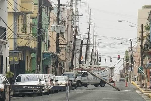 poste caído en la calle Loíza