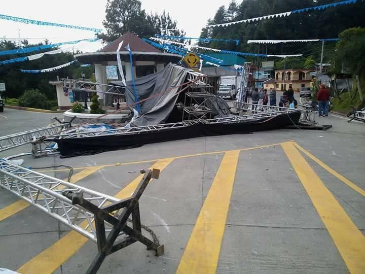 camión destruye escenario donde se presentaría el presidente Jimmy Morales en San Marcos