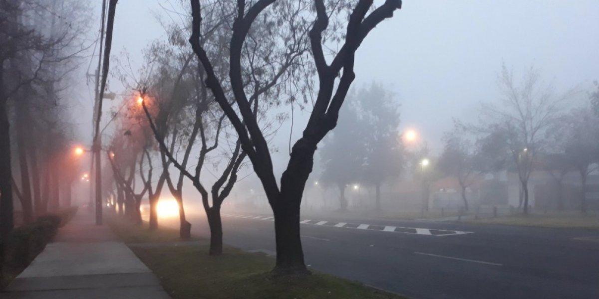 Niebla matutina dificulta visibilidad en Santiago