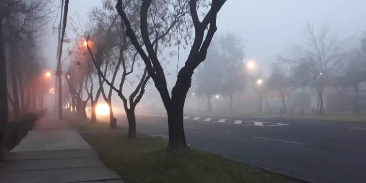 "¿Silent Hill en Santiago? Densa niebla matinal sorprende a tuiteros tras ""bipolar clima"" en la capital"