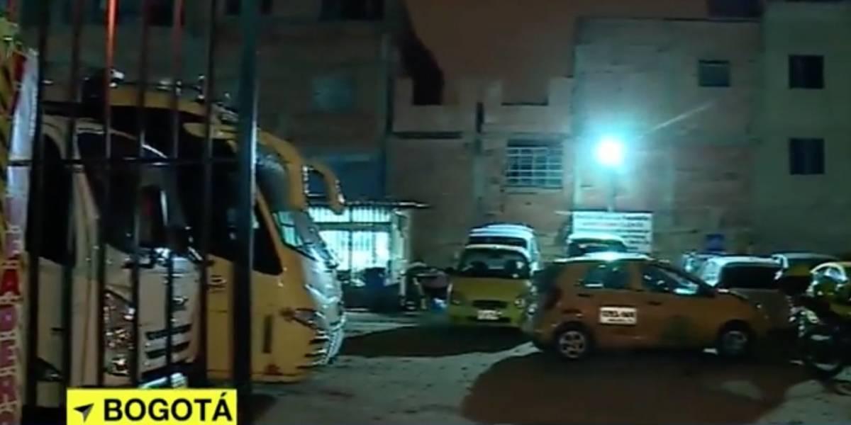 Delincuentes amordazaron al vigilante de un parqueadero en Bogotá y se robaron varios carros