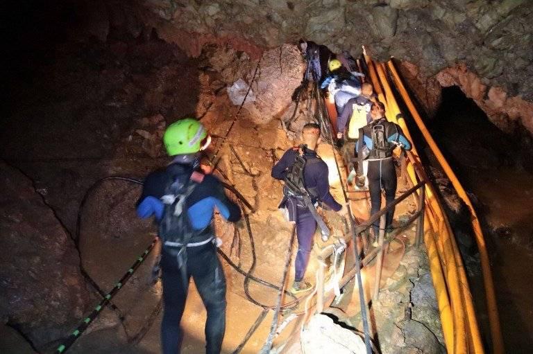 El equipo de rescate en su ardua labor para sacar a los niños que quedaron atrapados en la cueva de Tailandia