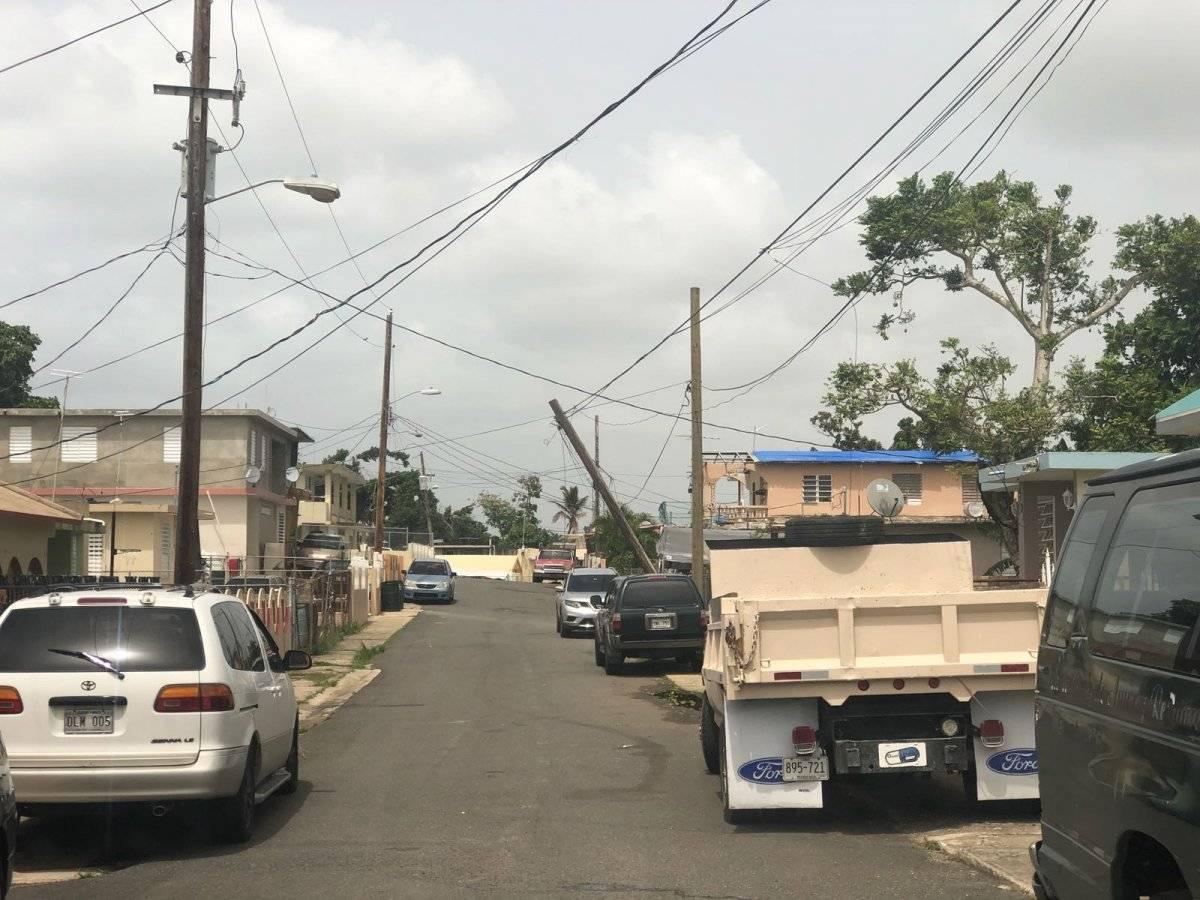 Poste caído en barrio Sabana en Vega Alta