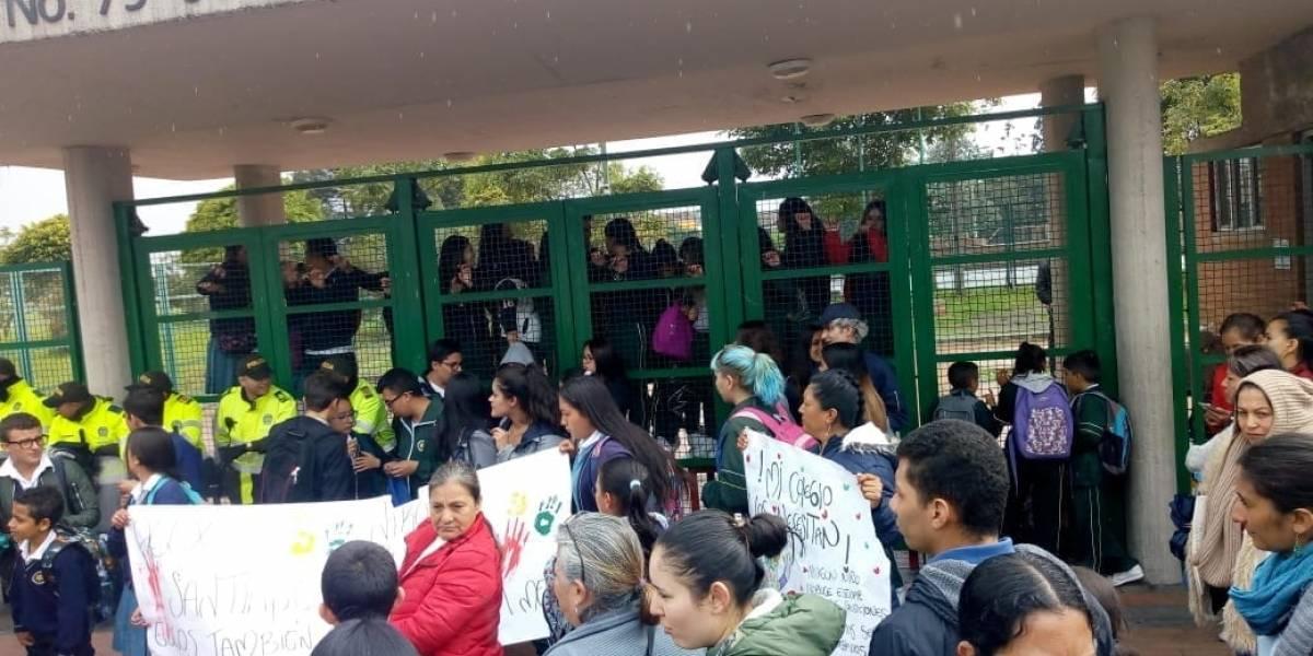 Estudiantes y padres de familia continúan protesta en el colegio Inem