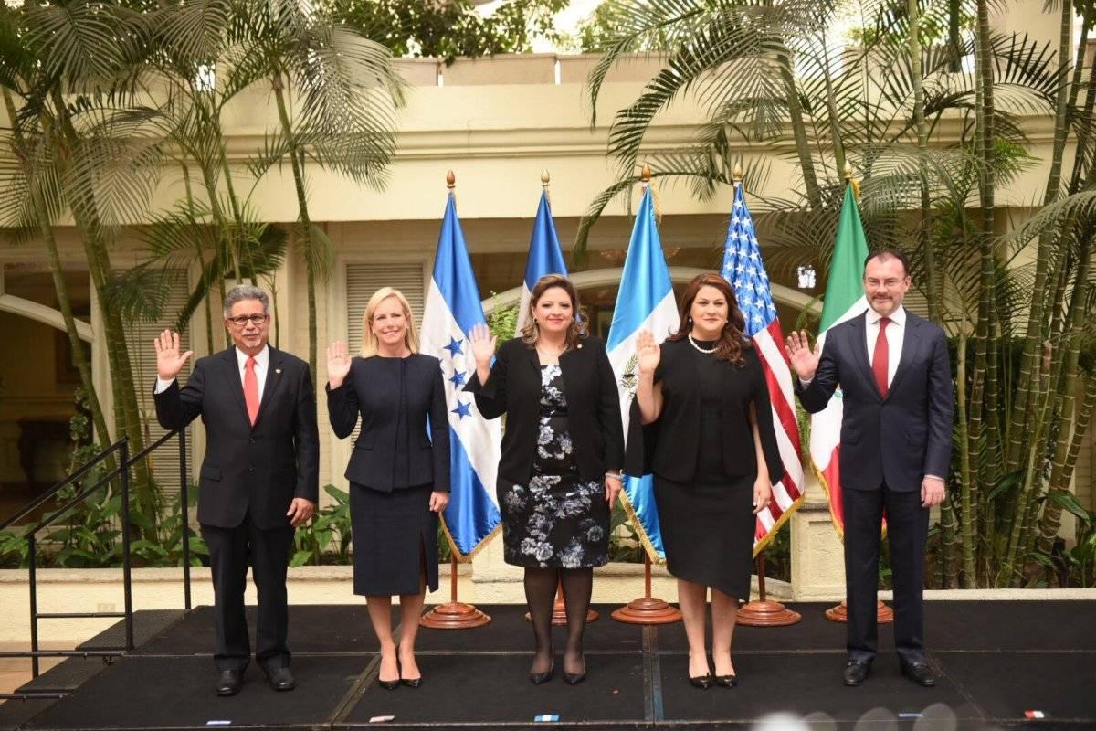 El saludo de los cancilleres del Tricamex y la secretaria estadounidense. Foto: Edwin Bercián