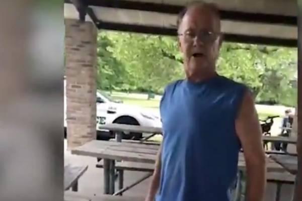 Hombre estadounidense ataca verbalmente a mujer que tenía en su camisa una bandera de PR