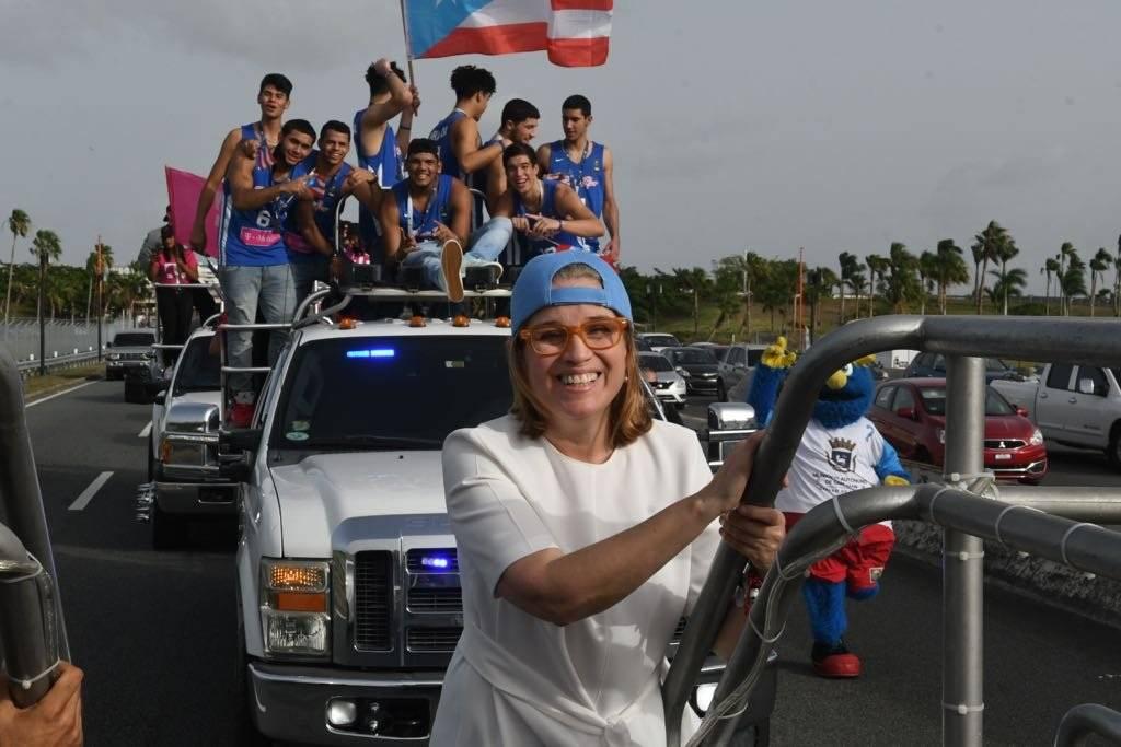 Foto: La alcaldesa Carmen Yulín disfruta junto a los juveniles en la caravana de la selección Sub-17/Dennis A. Jones/Metro PR
