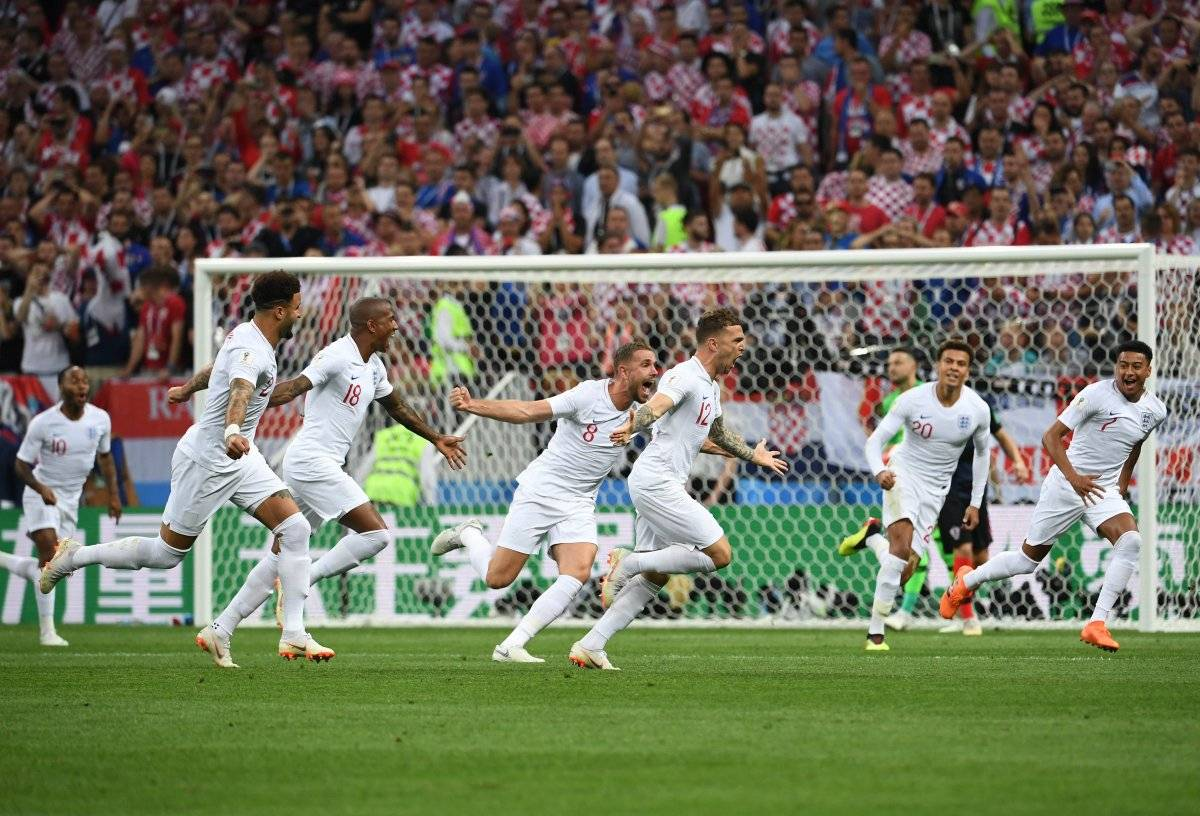 Los ingleses festejan su gol ante los croatas.