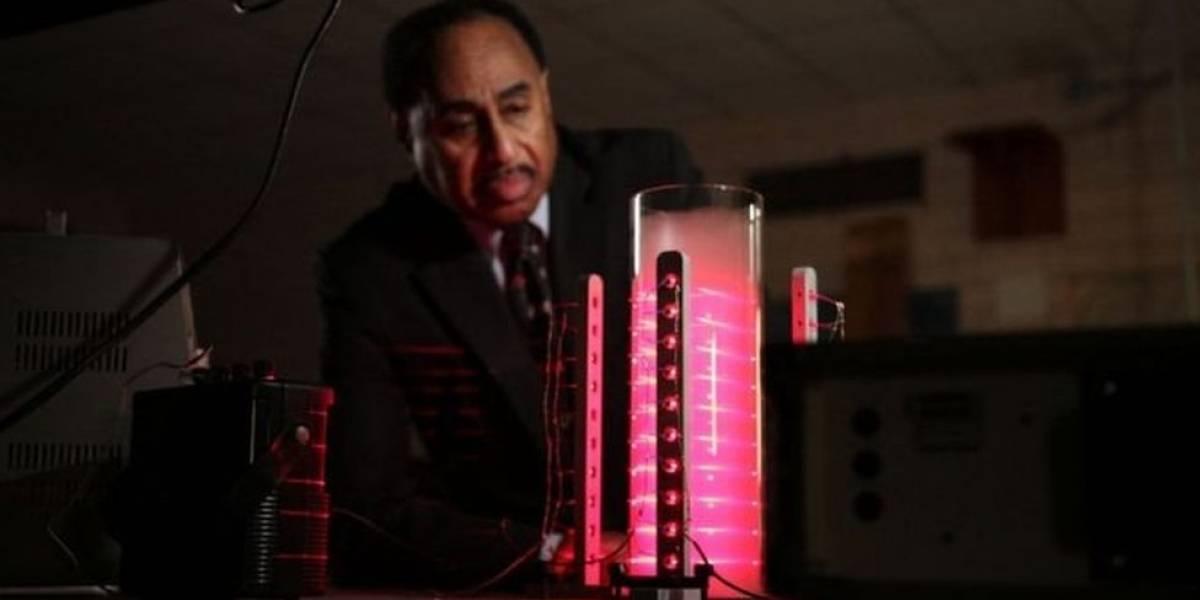 El científico que ha dedicado su vida a construir una máquina del tiempo (y la conmovedora historia que lo inspiró)