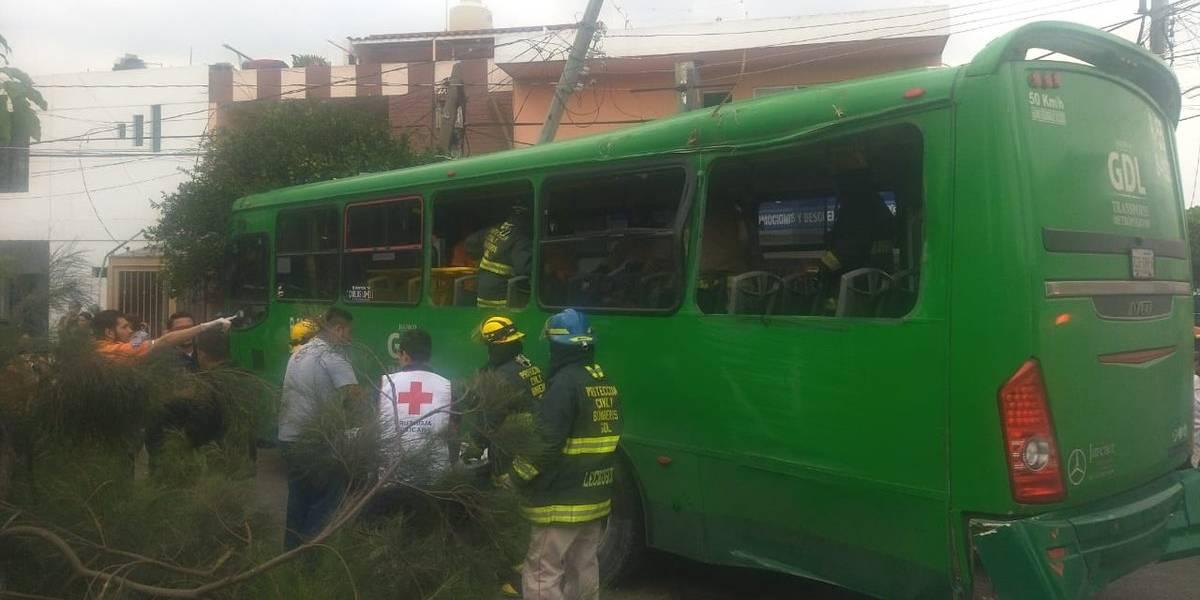 Choque de autobús deja 15 heridos y un muerto en Lomas del Paradero