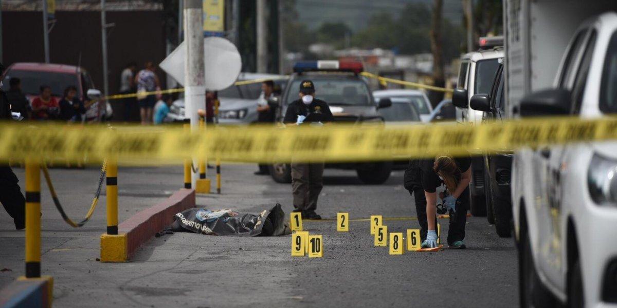 Persona muere baleada frente a centro comercial en zona 6