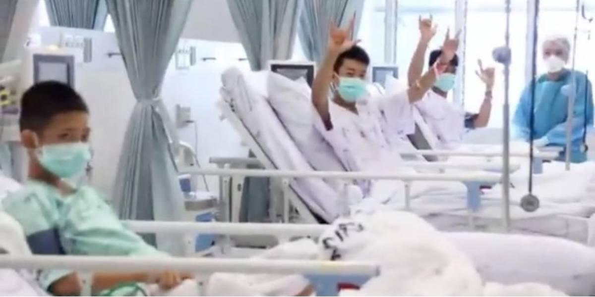 Los padres lloran a través del cristal: Revelan las primeras imágenes en el hospital de los niños  rescatados de una cueva en Tailandia