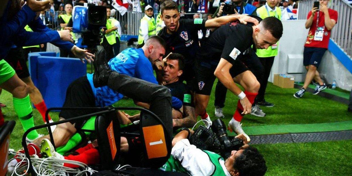 """El fotógrafo """"infiltrado"""" que se robó la película en el loco festejo de Croacia ante Inglaterra"""