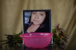 sepelio de familia fallecida por la erupción en San Miguel Los Lotes