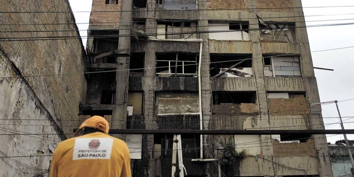 Famílias deixam prédio sob risco no centro de São Paulo