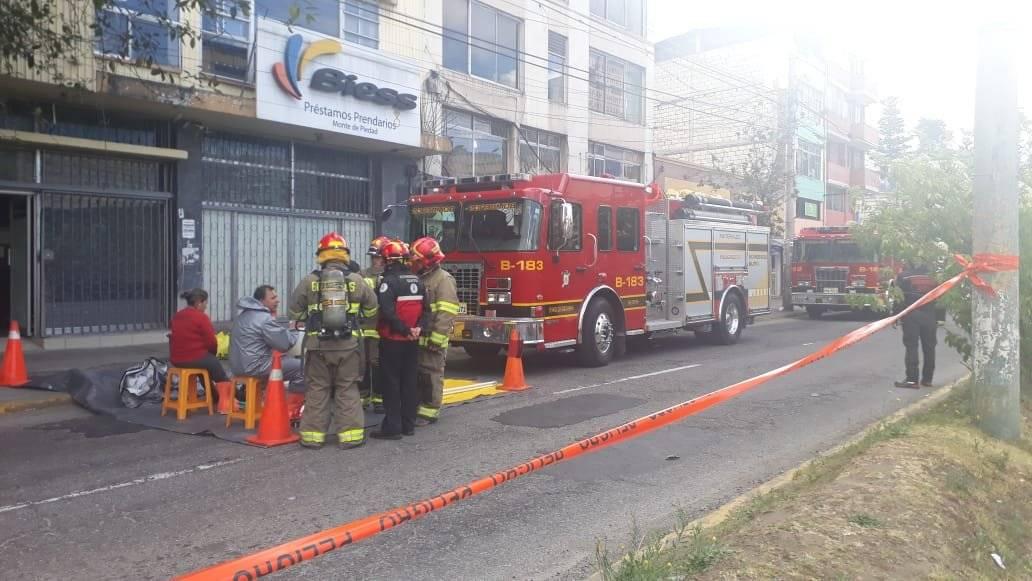 Quito: Cierre sobre la avenida 10 de Agosto y Marchena por derrame de material químico METRO