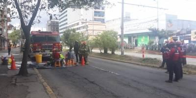 Quito: Cierre sobre la avenida 10 de Agosto y Marchena por derrame de material químico