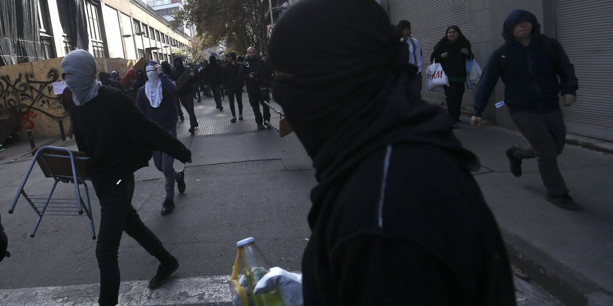 """Desde servicio a la comunidad hasta penas de cárcel: proyecto de ley contra el """"antisocial""""  busca sancionar a encapuchados en liceos"""