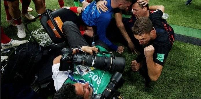 ¿Quién es el fotógrafo que fue derribado en el festejo de Croacia? Getty Images