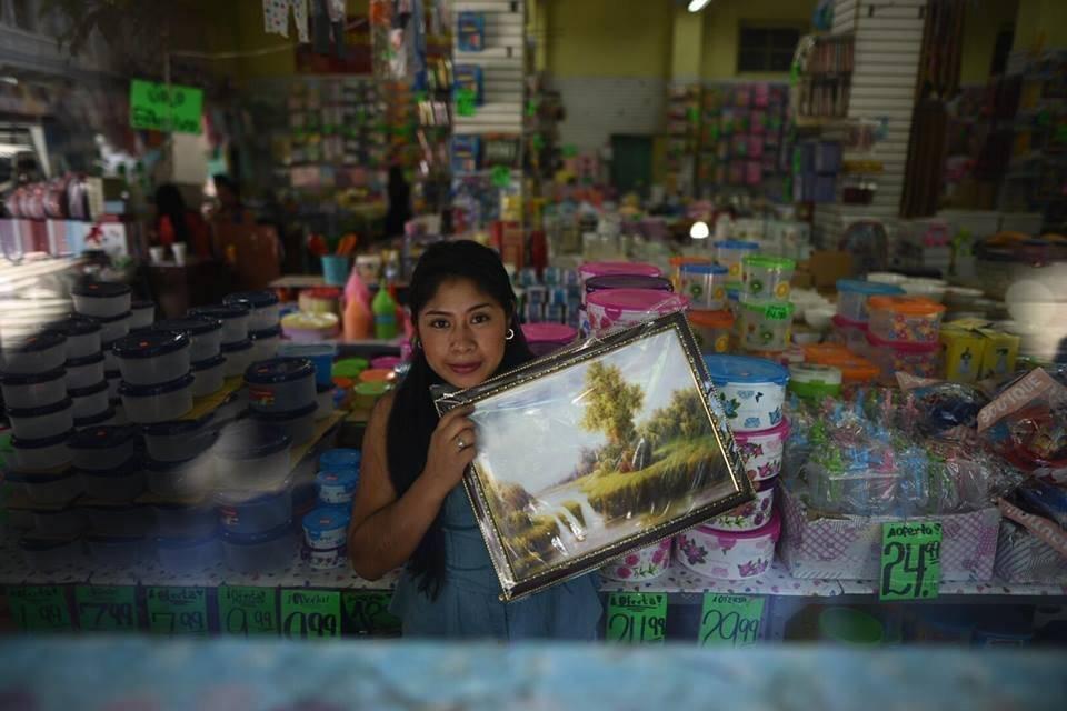 Una de las vendedoras del Paraíso Infantil muestra un cuadro