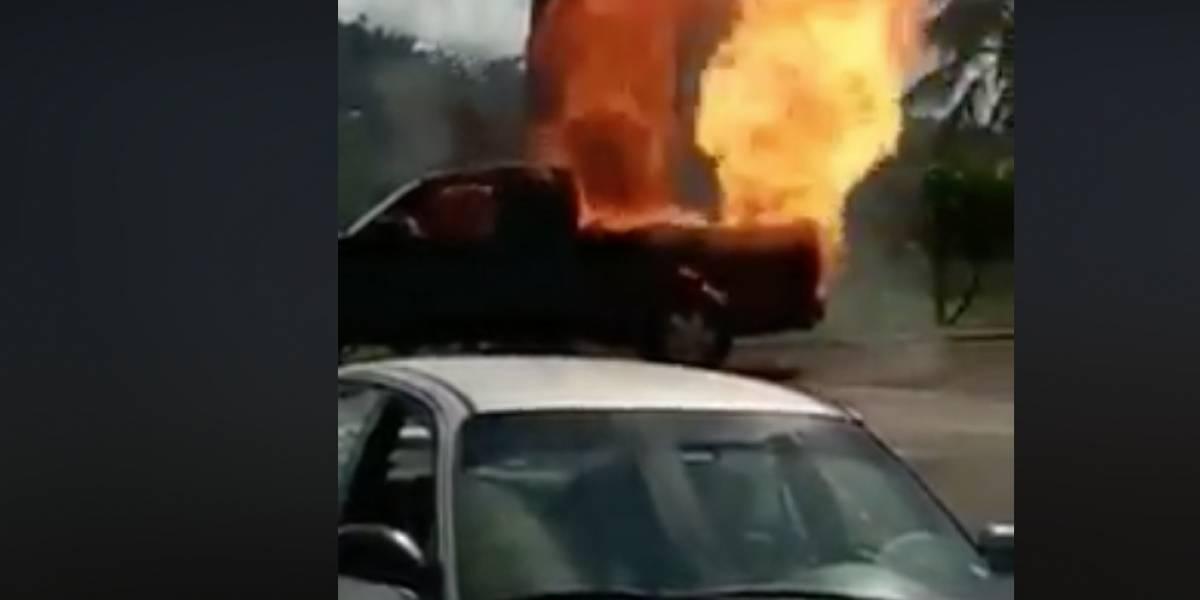 Vehículo se prende en fuego y explota en Lares