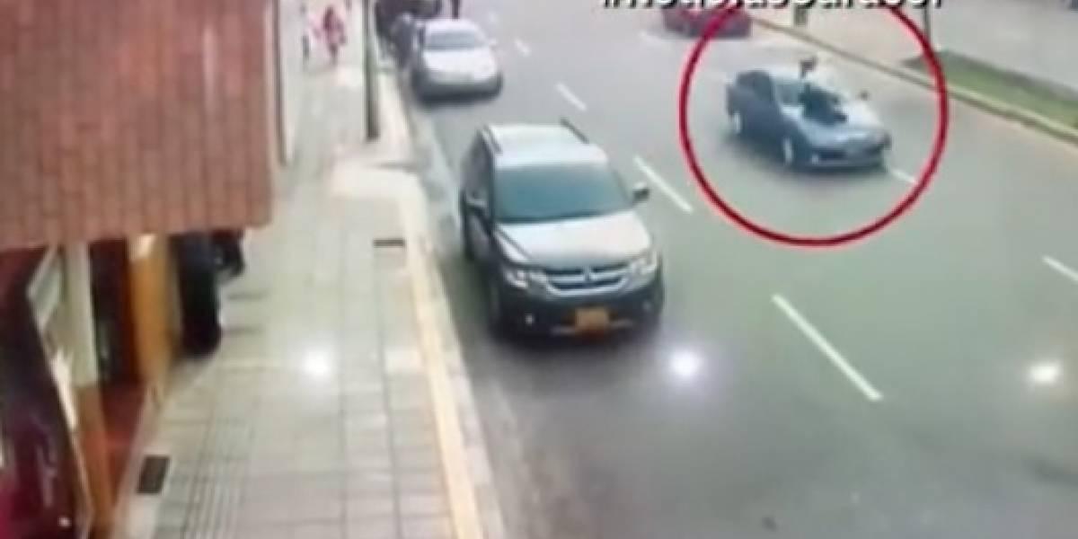 Un conductor arrolla a policía de tránsito y además le reclama por dañarle el vehículo