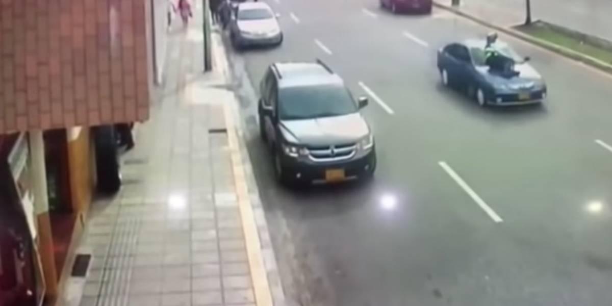 Video: Hombre atropella y arrastra a alférez que le iba  poner una multa