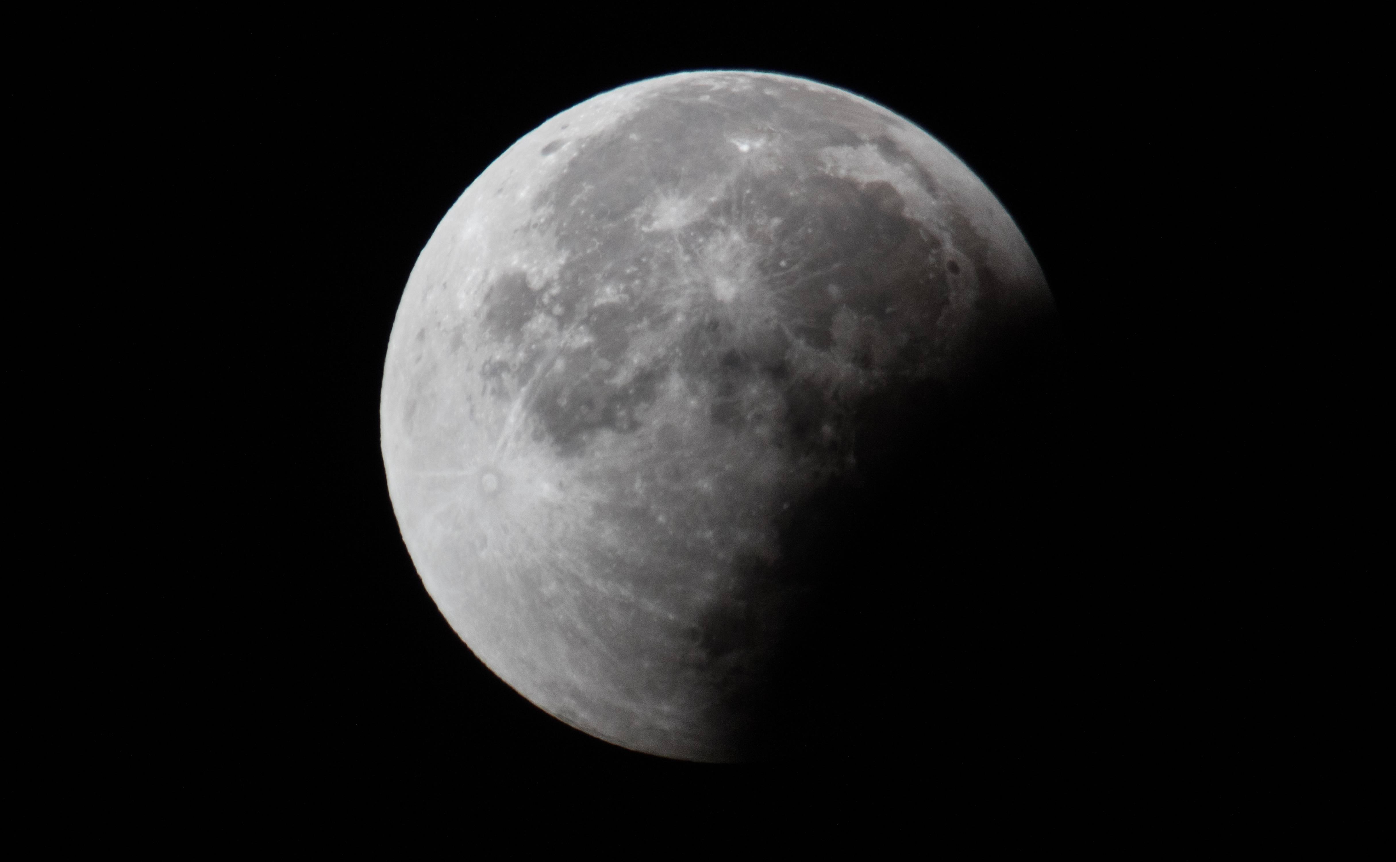 how big is the moon - HD4858×3000