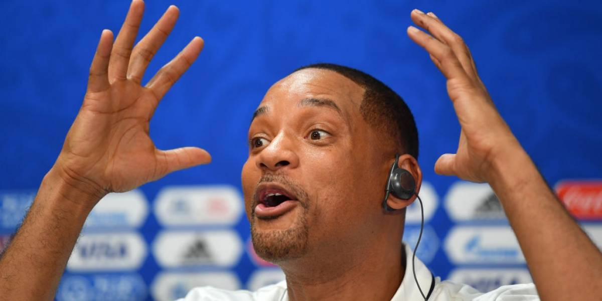 Will Smith expone a reportero que contesta su celular en una conferencia