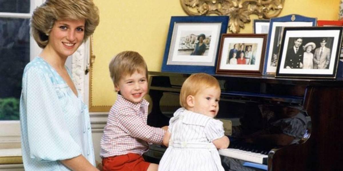 Las inéditas fotos que relatan la vida del príncipe Harry y te harán suspirar de amor